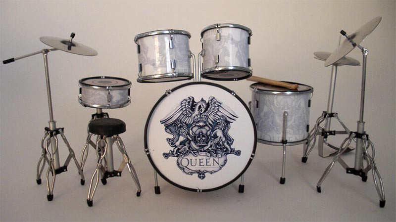 Логотип Queen на барабанной установке